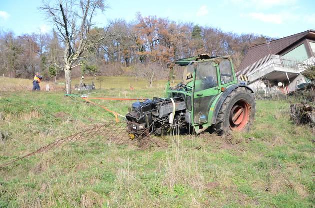 Er kam vom Weg ab und geriet ins Rutschen. Wegen des stark abfallenden Geländes überschlug sich der Traktor mehrmals.