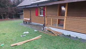Unter anderem wurden die Holzlatten der Brüstung herausgeschlagen.