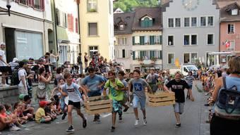 Die Jugendfest-Woche ist lanciert mit dem Sturmlauf durch die Brugger Altstadt.