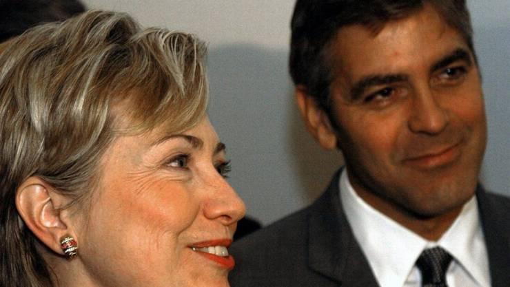 George Clooney und Hillary Clinton sind schon länger befreundet. 2003 traten sie an einer Medienkonferenz zusammen auf (Archiv)