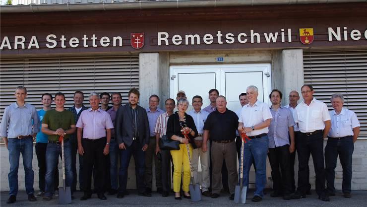 Die Bauunternehmer und Behörden vor der alten ARA. Susanne Brem