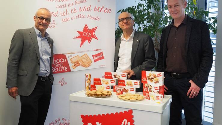 (v.l.) Andreas Hug, Werner Hug und Thomas Gisler präsentieren die neuen Verpackungen der Marke Wernli.