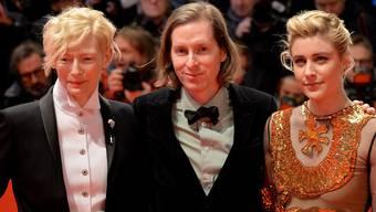 """US-Regisseur Wes Anderson (m)  mit den Stars Tilda Swinton (l) und Greta Gerwig (l), die den Figuren in seinem Film """"Isle of Dogs"""" ihre Stimme leihen."""