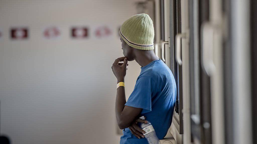 Ein Flüchtling wartet in Chiasso - den Schleppern wird vorgeworfen, aus der Notsituation von Flüchtlingen Profit geschlagen zu haben. (Symbolbild)