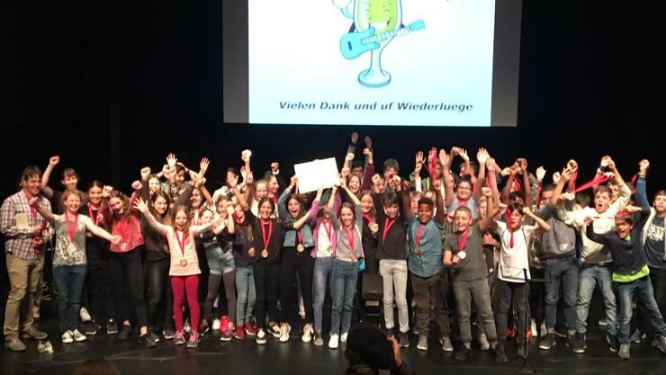Jubel bei den Gewinnern: Die mitgereisten Schülerinnen und Schüler aus Zuchwil freuen sich über die Goldmedaille.