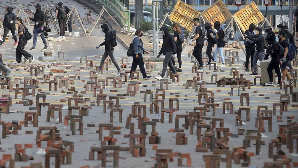 Demonstranten haben nahe der Polytechnischen Universität in Hongkong Barrikaden mit Pflastersteinen gebaut.