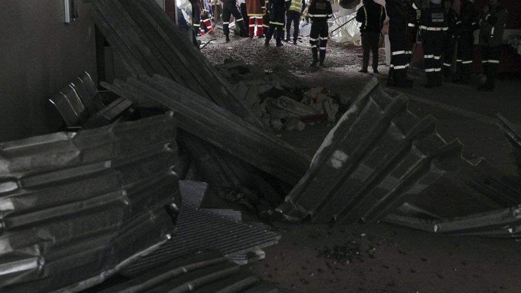 Rettungskräfte im Eingangsbereich des Charlotte-Maxeke-Spitals mit Trümmerteilen