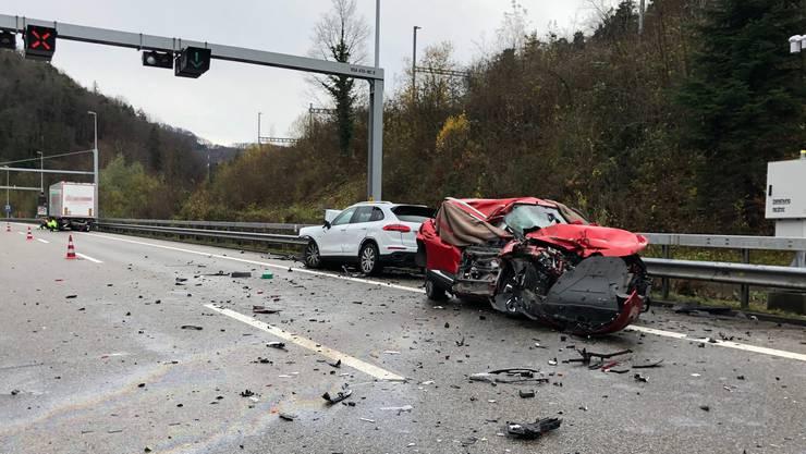 Bei Effingen auf der A3 kam es zu einem tödlichen Unfall mit einem Porsche Cayenne, einem Renault und einem Sattelschlepper.