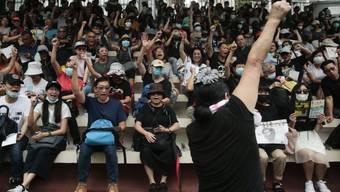Die Demonstranten im Sportstadion in Hongkong singen Slogangs gegen die Regierung.