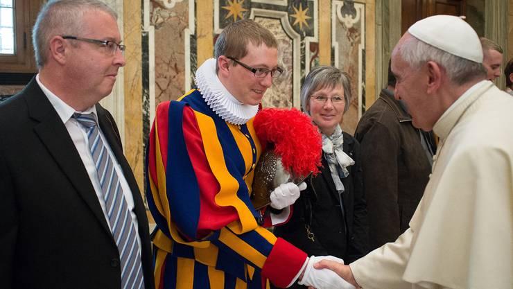Michael Studer mit seinen Eltern bei Papst Franziskus.