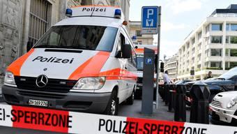 Die Stadtpolizei Zürich sperrte am Donnerstag wegen eines verdächtigen Gegenstandes einen Teil des Mythenquais ab. (Symbolbild)