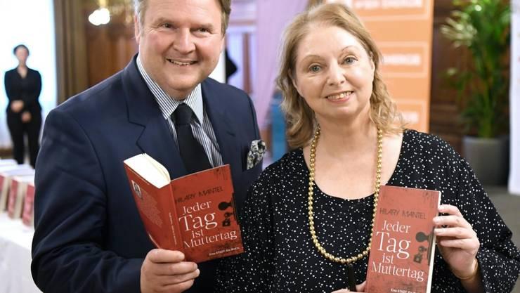 """Kostenlose Lektüre: Die britische Autorin Hilary Mantel - hier mit Wiens Bürgermeister Michael Ludwig - verschenkt 100'000 Exemplare ihres Romans """"Jeder Tag ist Muttertag""""."""