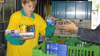 Eine Helferin nimmt Lebensmittelspenden entgegen.