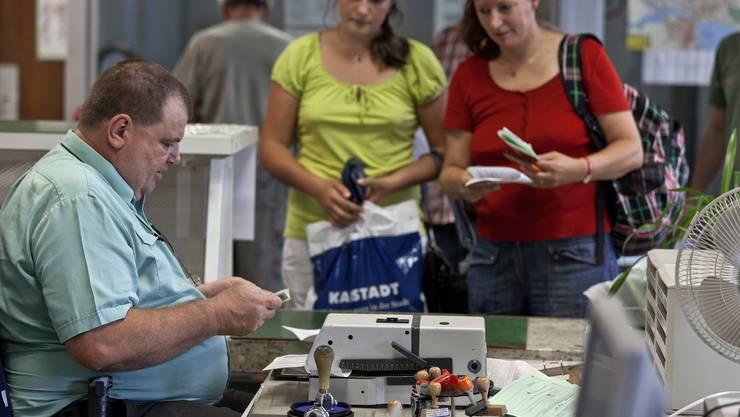 Heute ist die Abfertigung noch Handarbeit: Ein deutscher Zöllner stempelt Ausfuhrscheine von zwei Schweizer Einkaufstouristinnen, damit sie ihre Mehrwertsteuer zurückfordern können.