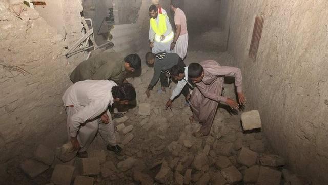 Nach dem schweren Beben im Südosten des Iran wird eine Strasse von Trümmern geräumt