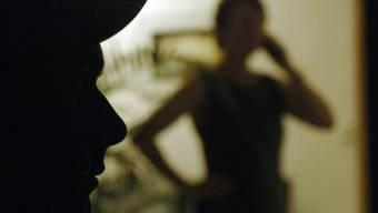 Gemäss Zahlen der Regierung waren schon 15-18 Prozent der Frauen und 4-6 Prozent der Männer von irgend einer Form von Stalking betroffen. (Archiv)