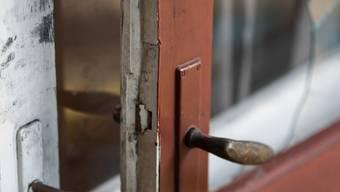 Meistens unter Anwendung eines Werkzeuges verschaffen sich die Einbrecher Zugang via Küchenfenster oder Terrassentüren. (Symbolbild)