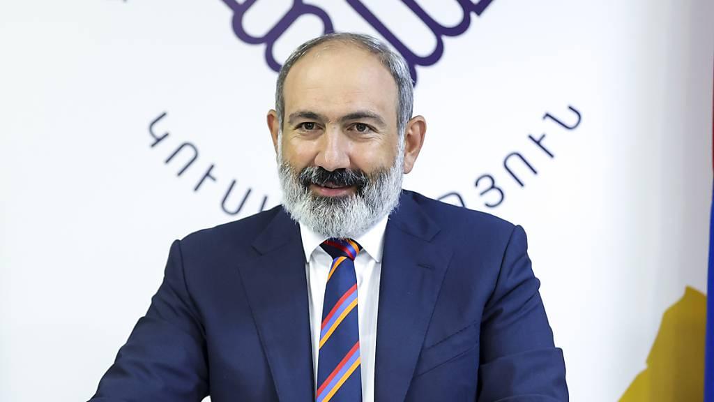 Armeniens Premierminister Nikol Paschinjan spricht nach den Parlamentswahlen zu seinen Parteikollegen. Bei der vorgezogenen Parlamentswahl in Armenien ist die Partei des angeschlagenen Regierungschefs nach Auszählung aller Stimmzettel überraschend deutlich stärkste Kraft geworden. Foto: Tigran Mehrabyan/PAN Photo/AP/dpa