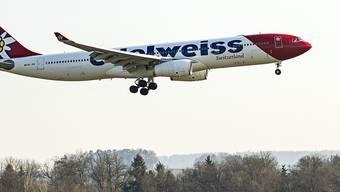 Eine Edelweiss Maschine im Landeanflug zum Flughafen Zürich: bereits 14 Mal wurden gestrandete Schweizer Touristen aus aller Welt in die Schweiz zurückgeholt. Weitere Flügen folgen. (Archivbild)
