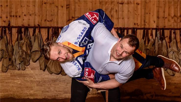 Hockeyprofi Jesse Zgraggen wird von Schwinger Christian Schuler problemlos in die Höhe gehievt.