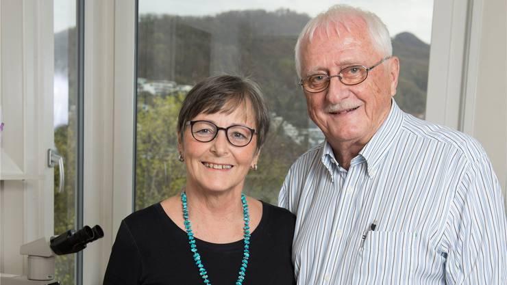 Ein Abschiedsfoto in der Praxis: Walter und Ottilie Hess; auf dem kleinen Foto als Gastgeber in ihrer Badenfahrt-Beiz.