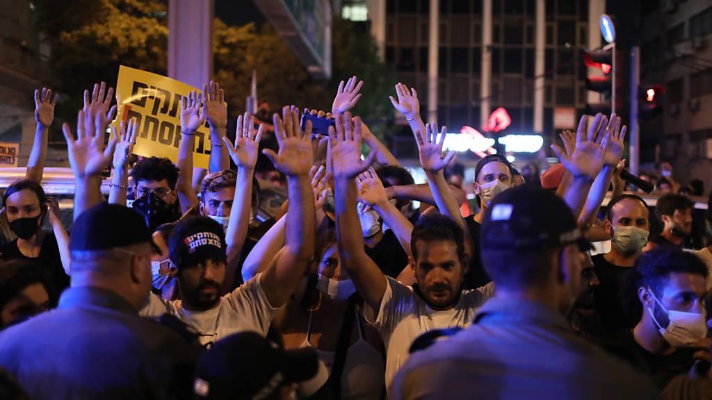 Proteste gegen Corona-Massnahmen: Selbstständige Geschäftsleute richten sich auf dem Rabin-Platz in Tel Aviv gegen die von der Regierung verabschiedeten Restriktionen.