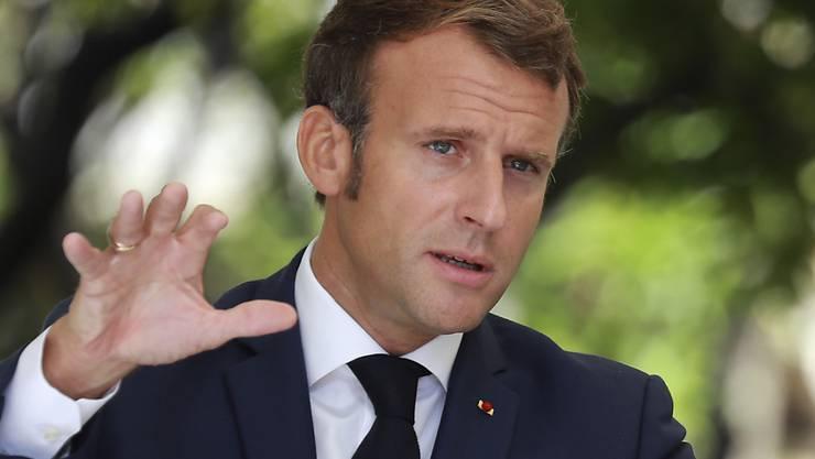 ARCHIV - Emmanuel Macron, Präsident von Frankreich, spricht bei einer Pressekonferenz in der Präfektur von Korsika. Macron ist überzeugt davon, dass Belarus (Weißrussland) vor einem Machtwechsel steht. Foto: Ludovic Marin/POOL AFP/AP/dpa