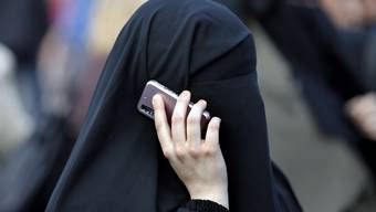 Eine Burka-Trägerin in Frankfurt. In der Schweiz sinkt die Zustimmung zu einem Verbot.
