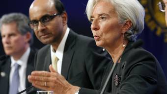 Singapurs Finanzminister Tharman Shanmugaratnam (2.v.l.) schaut gebannt nach vorne, wie IWF-Chefin Christine Lagarde spricht