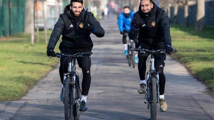 Eray Cömert und Samuele Campo radeln ins Training.