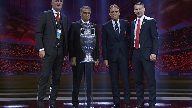 Vorstellungsrunde in Bukarest: Vladimir Petkovic (links) posiert neben Senol Günes (Türkei), Roberto Mancini (Italien) und Ryan Giggs (Wales)