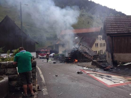 Ein Flugzeug stürzt nach dem Zusammenstoss in der Luft in diese Scheune in Dittingen BL.