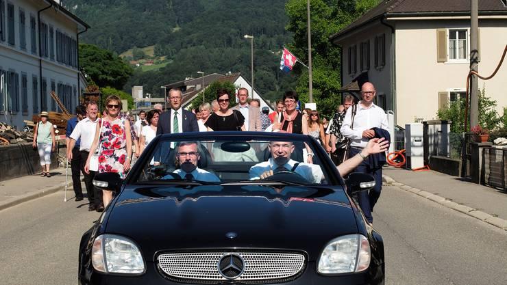 Luxus pur: Aber der Schlitten, den Finanzdirektor Anton Lauber hier steuert, wurde fürs Landratspreesi-Fest von Beifahrer Franz Meyer 2015 gemietet.
