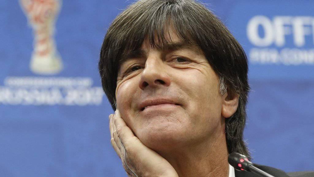Der deutsche Bundestrainer Joachim Löw freut sich schon wieder auf das nächste Essen bei der Kanzlerin: Denn dort gibt es seiner Meinung nach das beste Cordon bleu mit Pommes. (Archivbild)