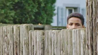 Ein scheuer Blick über den Zaun: Ein minderjähriger Asylbewerber im Aargau. (Symbolbild)