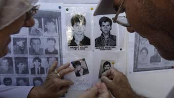 Suchwand in Sarajevo mit Fotos von im Krieg Vermissten (Archiv)