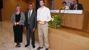 Diplomübergabe: Franziska Geering, Bildungsminister Aris Spiliotopoulos und Maurus Kaufmann in Athen. (zvg)