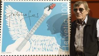 Polo Hofer mit der von ihm gestalteten Sonderbriefmarke