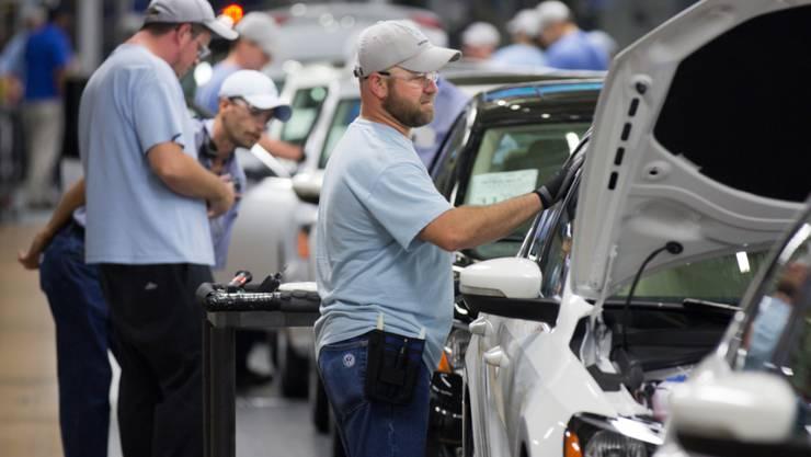 Die Mitarbeiter des Volkswagenkonzerns erhalten eine Prämie: Arbeiter in der Fabrik (Archivbild).