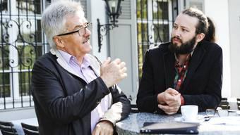 SVP-Chef Oskar Kämpfer (l.) will eine Steuersenkung nur dann, wenn die Linken (im Bild Grünen-Chef Bálint Csontos) das Geld mit beiden Händen ausgeben.