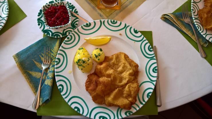 So sieht die grosse Portion Wiener Schnitzel (vom Kalb) mit Petersilienkartoffeln aus. Davor gibt es jeweils einen Salat. Das Schnitzel hat auch seinen Preis...