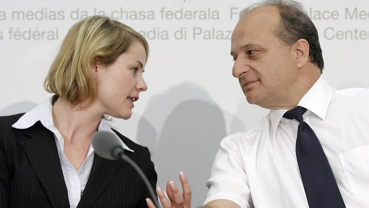 Natalie Rickli, Nationalrätin SVP-ZH, diskutiert mit Filippo Leutenegger, Nationalrat FDP-ZH, an einer Medienkonferenz.