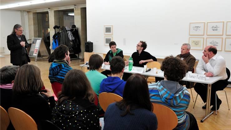 Das Jupa veranstaltete eine Podiumsdiskussion zum Thema Jugendgewalt: Edwin Loncar (am Tisch, links) diskutierte mit geladenen Gästen. bko