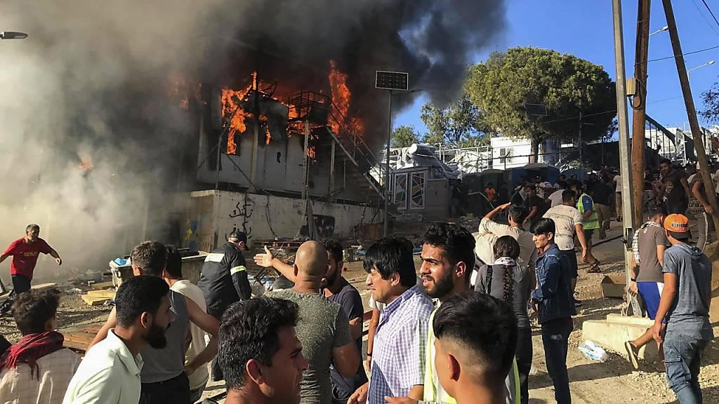 Regierung verschärft Politik nach Brand in Flüchtlingslager