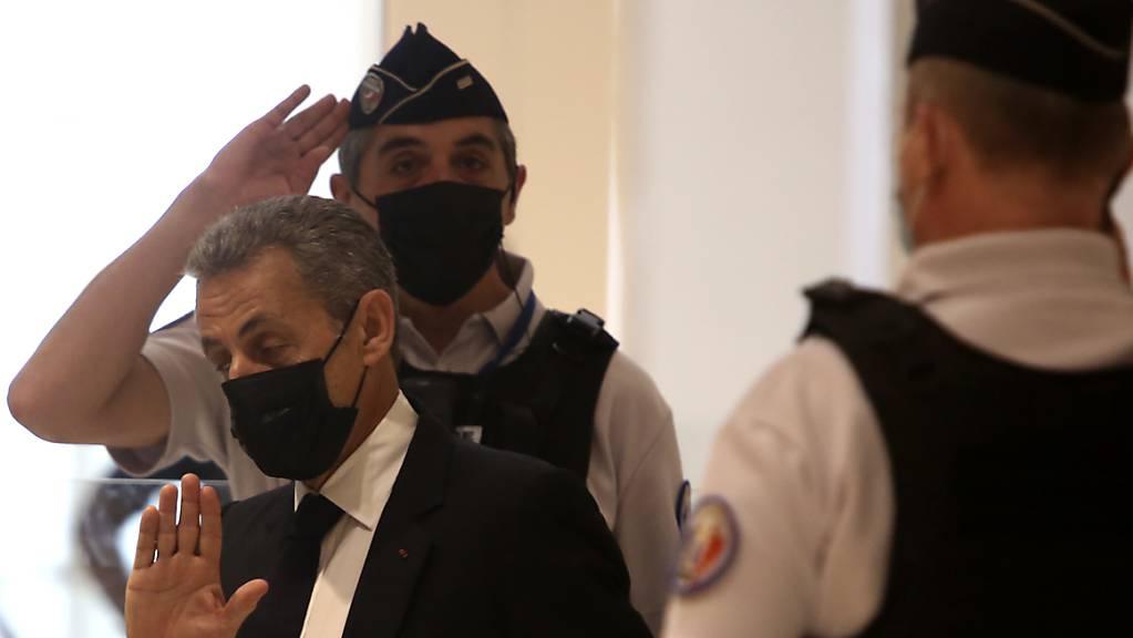 ARCHIV - Nicolas Sarkozy (M) kommt am 15. Juni 2021 in einem Pariser Gerichtsgebäude an. Foto: Rafael Yaghobzadeh/AP/dpa
