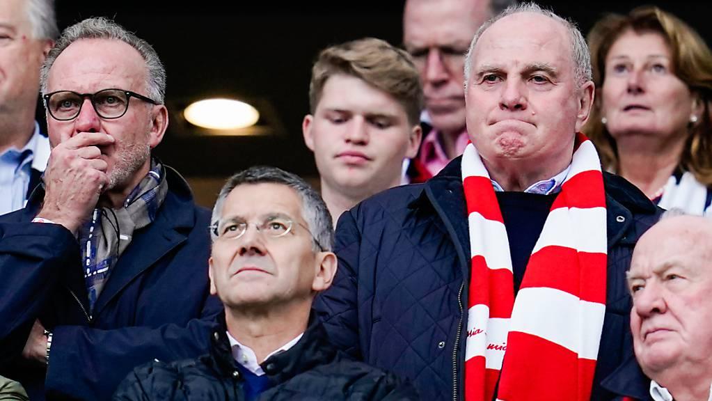 Uli Hoeness im Schal. Er wird sich den Match in London nicht entgehen lassen.