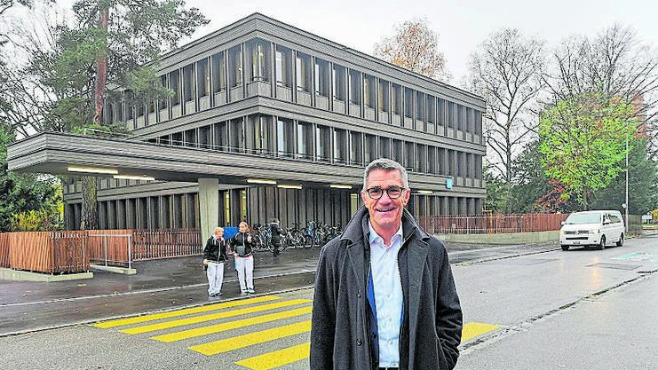 Sergio Baumann vor dem neuen Therapiezentrum.