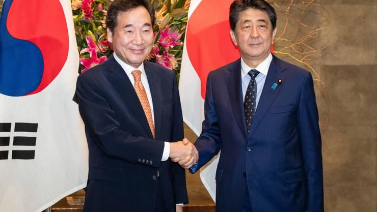 Der japanische Ministerpräsident Shinzo Abe (r) hat seinen südkoreanischen Amtskollegen Lee Nak Yon in Tokio empfangen.