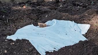 Das T-Shirt im Garten zu vergraben, ist für die Natur nicht die beste Lösung.