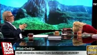 Ein Theologe redet imtürkischen Fernsehen über Sex-Tabus für Muslime. In «fortgeschrittenem Ausmass» sei Oralsexverboten. Dabricht die Moderatorin in Gelächter aus.